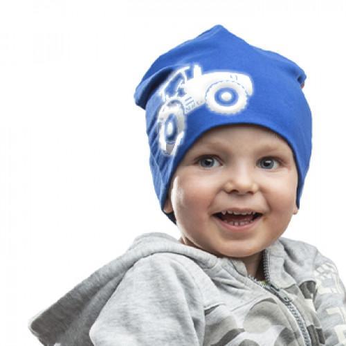 Sininen trikoopipo traktorikuviolla lapsen päässä