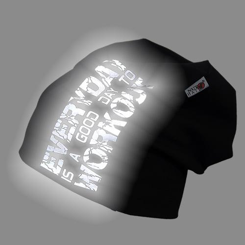 Musta trikoopipo heijastavalla valkoisella rosoisella tekstillä
