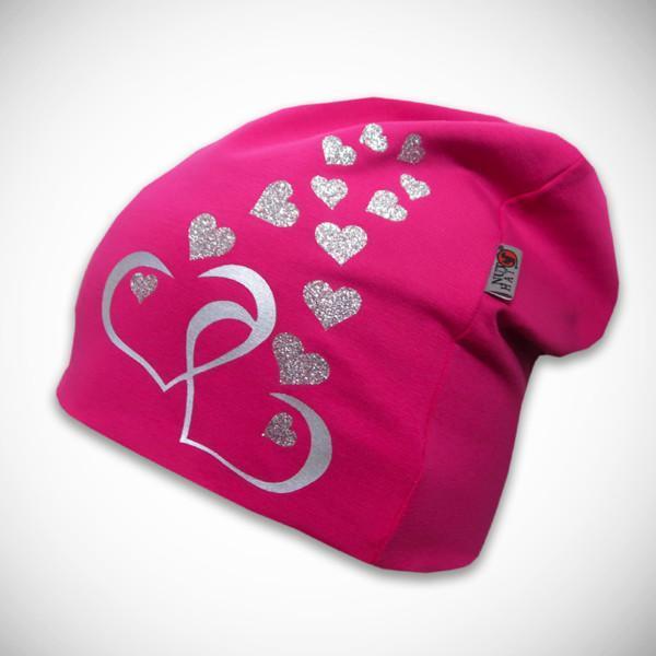 Pinkki pipo sydänkuvilla