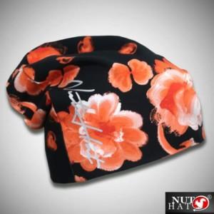 Musta trikoopipo oranssilla hallakukkakuosilla ja logolla