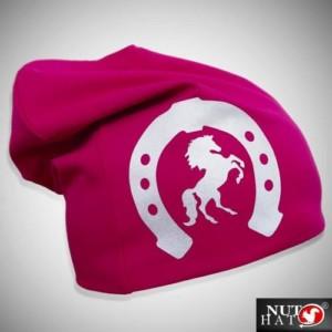 Pinkki trikoopipo hevosen ja hevosenkengän kuvalla