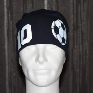 Musta trikoopipo numerolla ja kuvalla jalkapallosta
