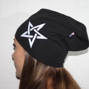 Musta trikoopipo pentagrammilla
