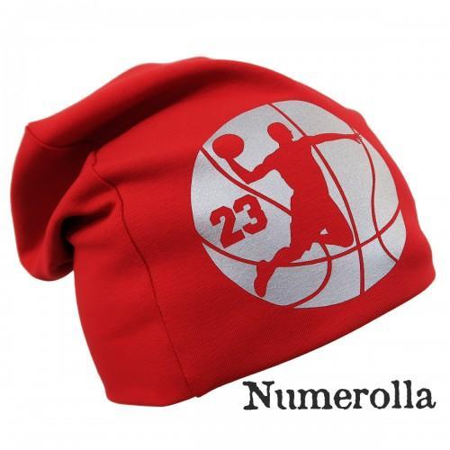 Punainen trikoopipo koripalloilija kuvalla