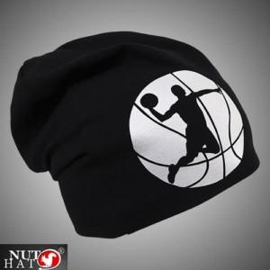 Musta trikoopipo koripalloilija kuvalla