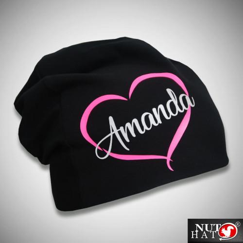 Musta trikoopipo pinkillä sydämellä ja nimellä