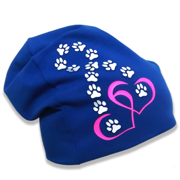 Sininen trikoopipo tassuilla ja sydämillä