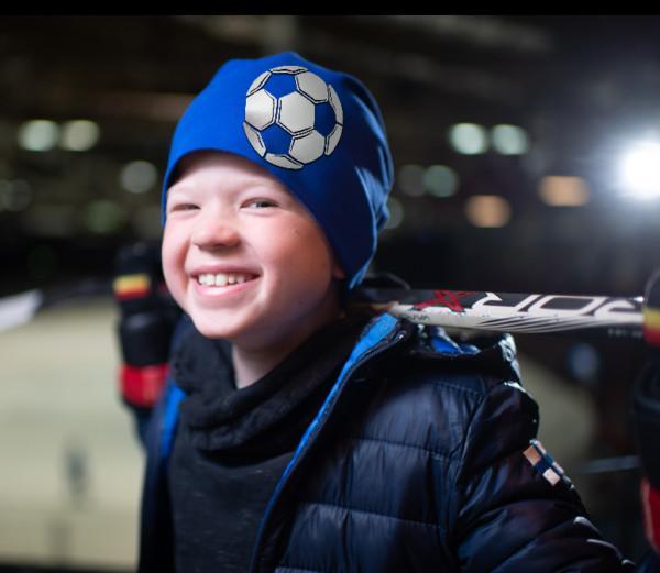 Sininen trikoopipo jalkapallokuviolla lapsen päässä