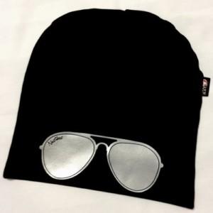 Musta trikoopipo aurinkolasi kuviolla