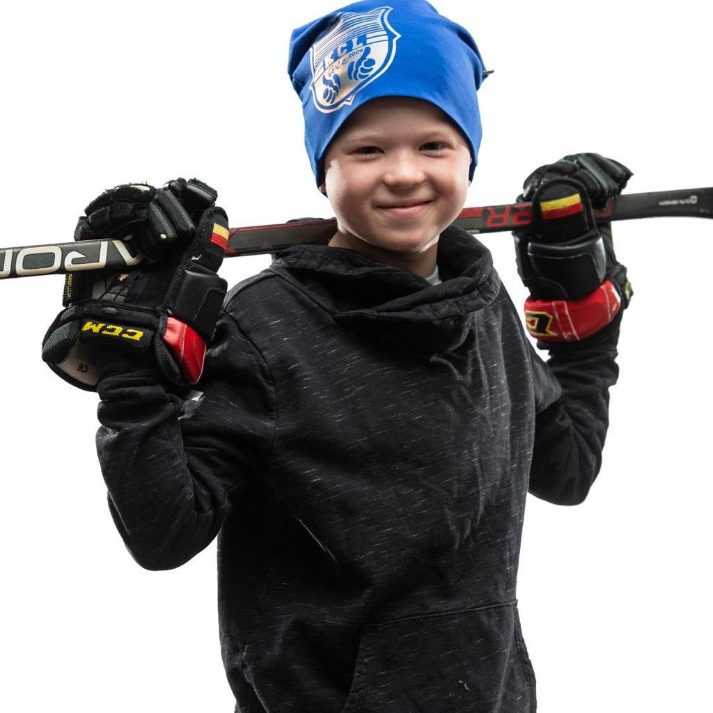 Sininen trikoopipo jääkiekkoilija lapsen päässä