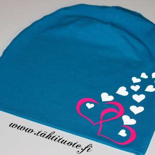 Sininen trikoopipo sydämillä