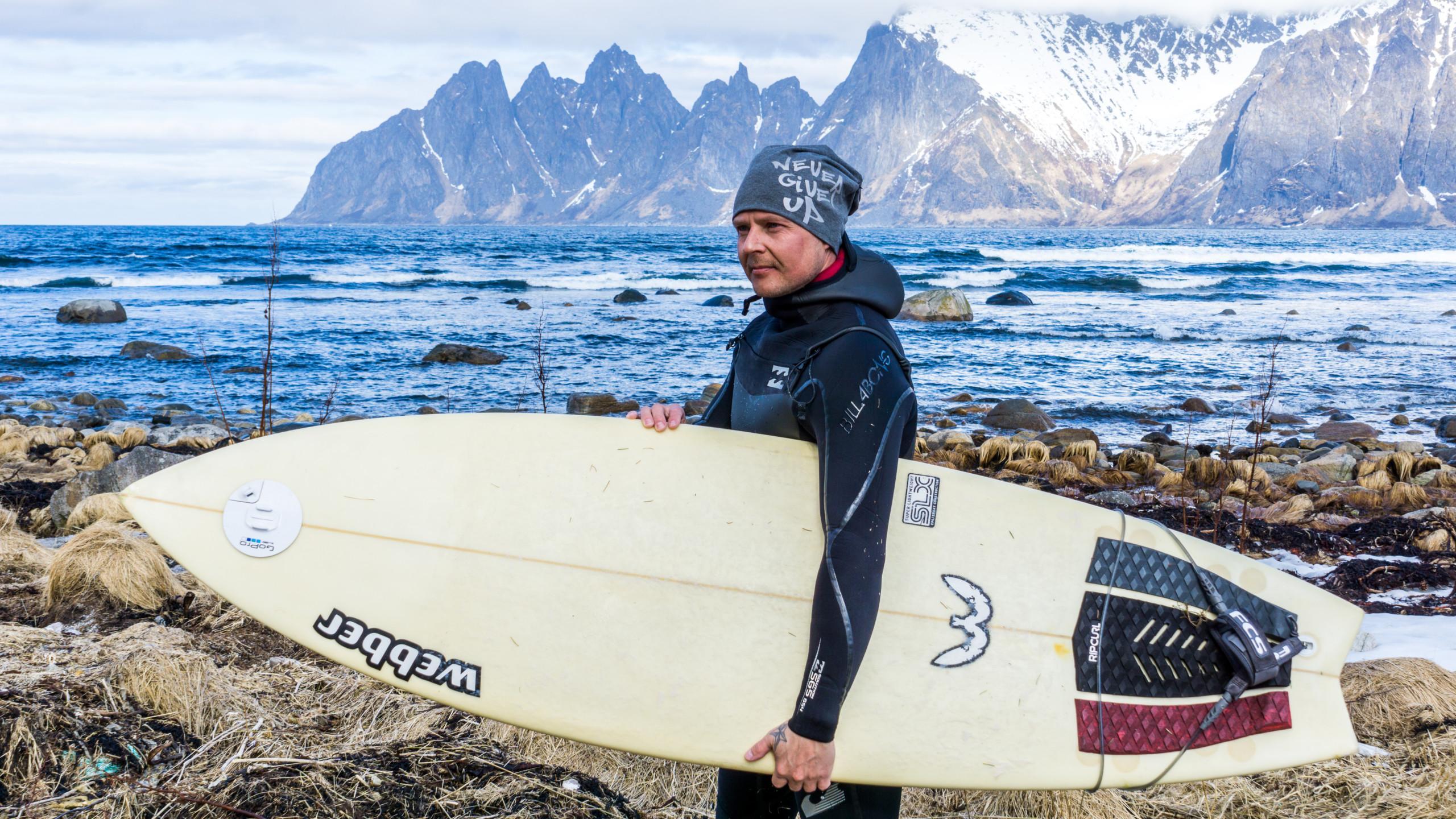 Mie surffilaudan kanssa trikoopipo päässä