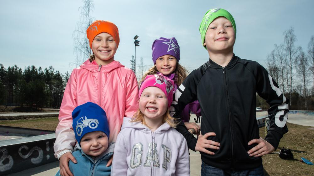 Viisi lasta trikoopipot päässä