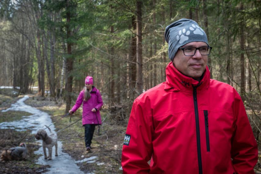 Pariskunta lenkillä koirien kanssa trikoopipot päässä