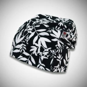 Musta trikoopipo valkoisella kasvikuosilla ja logolla