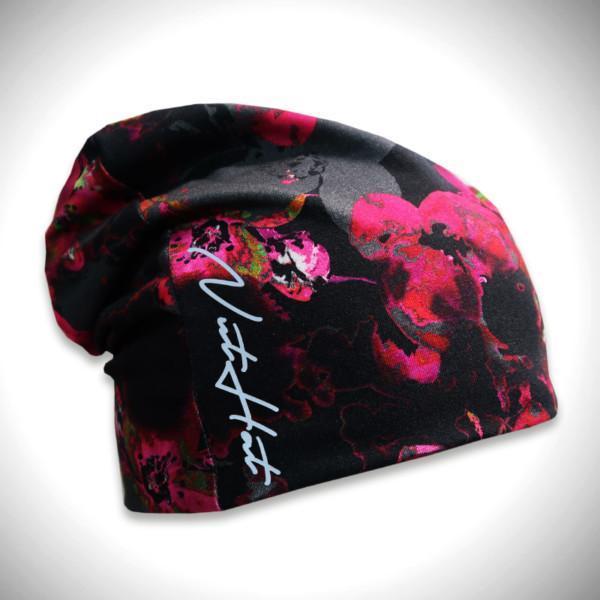 Musta trikoopipo punaisella kukkakuosilla ja logolla