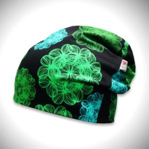 Musta trikoopipo vihreällä väriloiste kukkakuosilla