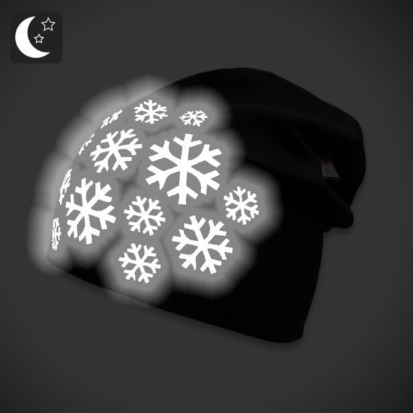 Musta trikoopipo heijastavalla lumihiutalekuviolla