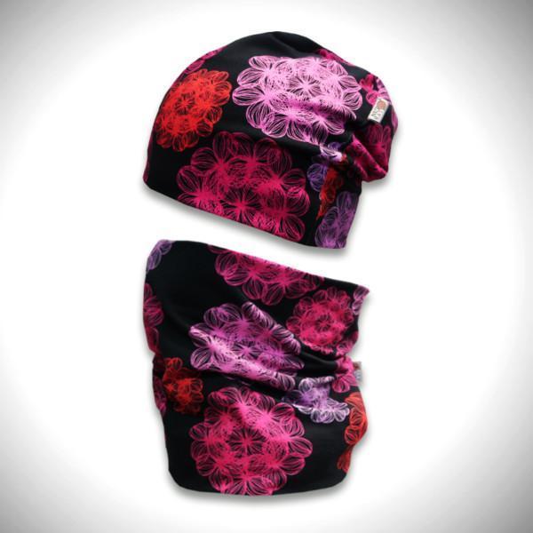 Mustat trikoopipo ja tuubihuivi pinkillä väriloiste kukkakuviolla