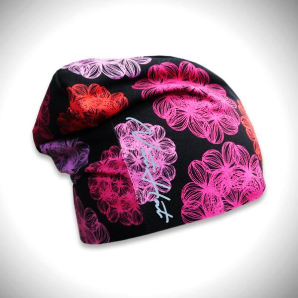 Musta trikoopipo väriloiste kukkakuosilla ja logolla