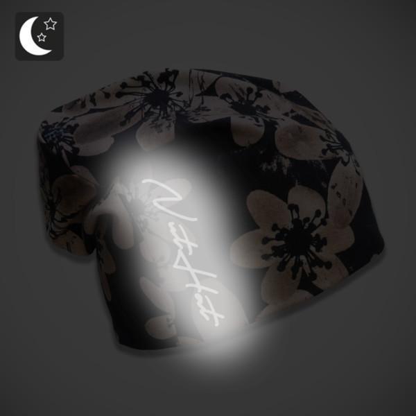 Musta trikoopipo kahvikukkakuosilla ja heijastavalla logolla